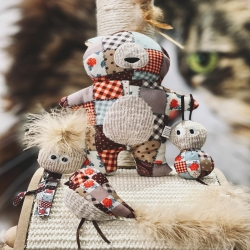 NOUVEAUTÉ 🐾 🐈 Découvrez nos jolis jouets pour chats au look vintage ✨ Remplis de catnip et crépitants, pour de folles parties de chasse garanties 😻 . . . #jouetschat #catnip #cataire #peluchechat #moustaches